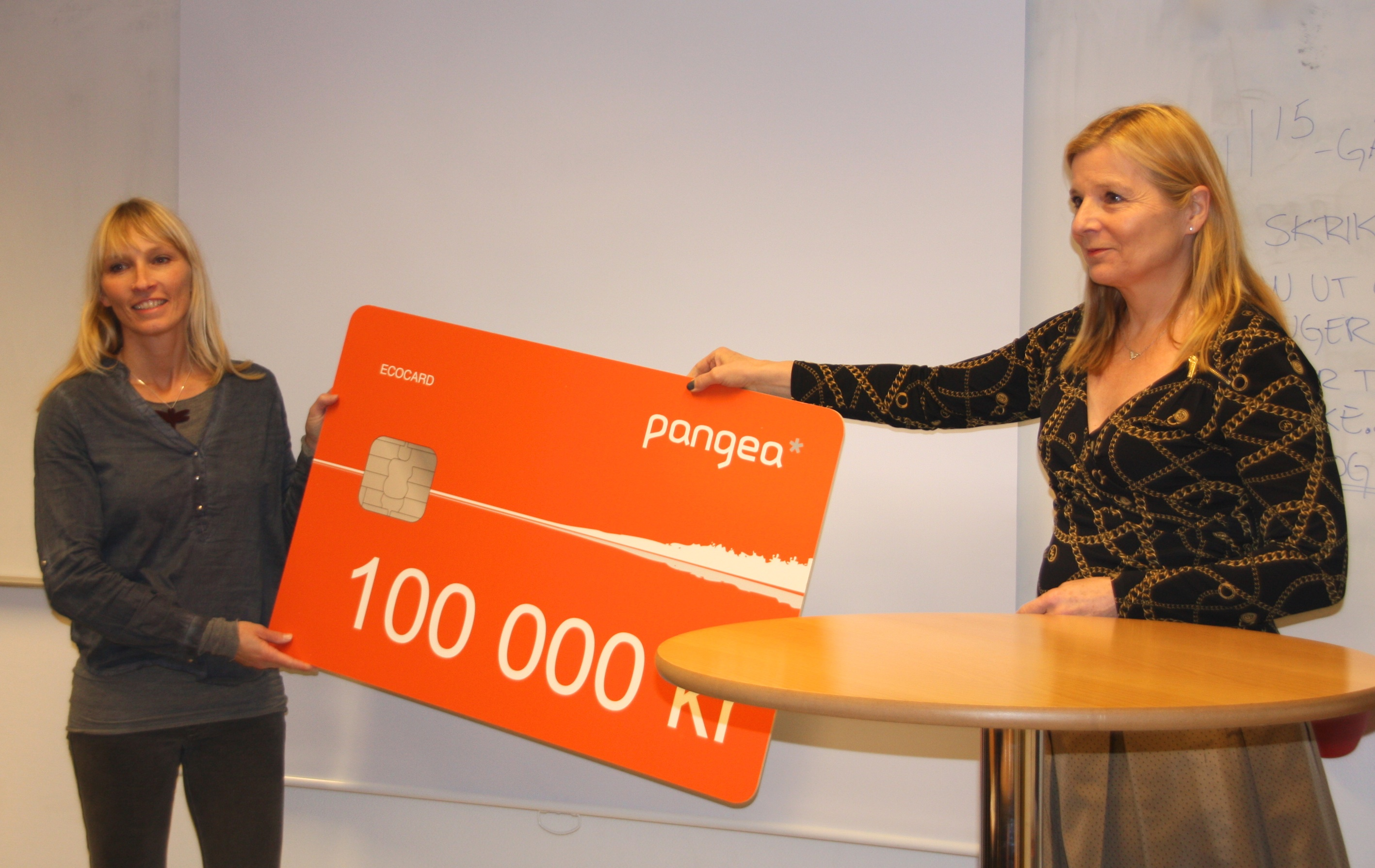 Head of the board of the Pangea Foundation, Ingrid Stange (right), gives the prize to Lise Wulff, founder of the Scream from Nature